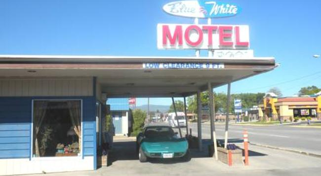 Blue And White Motel - 卡利斯佩爾 - 建築