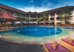 庫塔茵娜大飯店 - 庫塔 - 游泳池