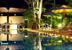 奈揚海灘度假酒店&spa - Sakhu - 游泳池