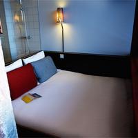Volkshotel Guestroom