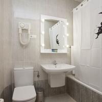 Casual Valencia del Cine Bathroom