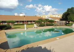 Red Roof Inn Meridian - 梅里迪恩 - 游泳池