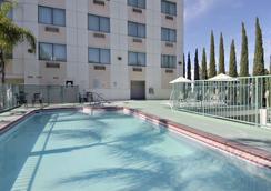 阿納海姆廣場華美達酒店 - 安納海姆 - 游泳池