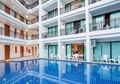 帕利帕斯芭东度假村 - 巴東 - 游泳池
