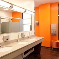 Chicago Getaway Hostel Bathroom Sink