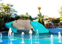 巴厘曼迪拉海灘Spa度假酒店 - 庫塔 - 游泳池