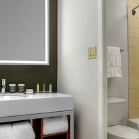 DoubleTree by Hilton Hotel Metropolitan - New York City Bathroom
