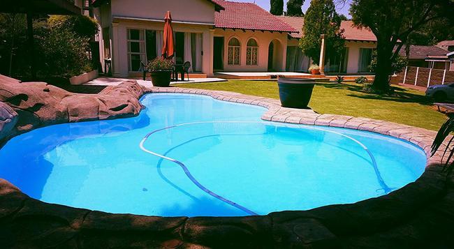 Shaka Guest House - 約翰內斯堡 - 游泳池